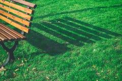 长凳在一个公园在晴天 库存图片
