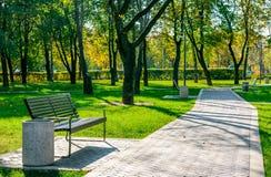 长凳在一个安静的城市公园 库存图片