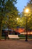 长凳在公园在晚上 免版税库存图片