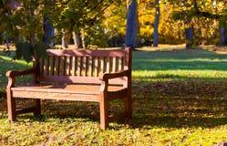 长凳在公园,秋天 免版税库存图片