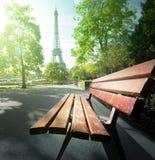 长凳在埃佛尔铁塔附近的公园 免版税库存图片
