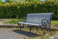 长凳在城市公园 库存图片