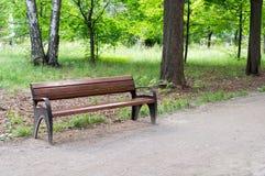 长凳在夏天公园 背景,自然 免版税库存照片