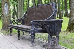长凳在夏天公园 库存图片