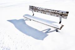 长凳在多雪的冬日128 免版税库存照片