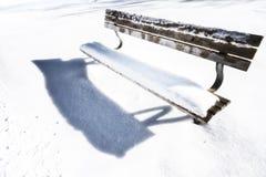 长凳在多雪的冬日122 库存照片
