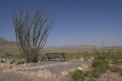 长凳在岩石城市俯视 库存照片