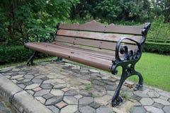 长凳在庭院里 库存照片
