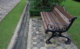 长凳在庭院里 免版税库存照片