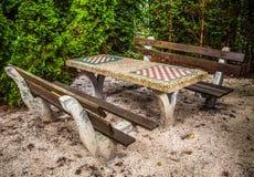 长凳在有一张桌的公园在棋的一场比赛的 免版税库存照片
