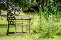 长凳在湖的庭院里 库存照片