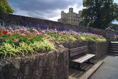 长凳在罗切斯特城堡庭院,英国里 免版税库存图片