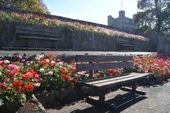 长凳在罗切斯特城堡庭院,英国里 库存图片