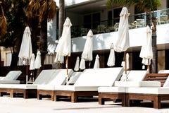 长凳在豪华旅馆 免版税库存照片