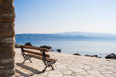 长凳在Amouliani海岛,哈尔基季基州,北希腊 库存图片