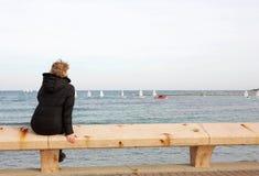 长凳坐的游人 免版税图库摄影