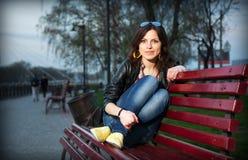 长凳城市女孩公园 免版税库存照片