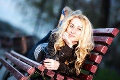 长凳城市女孩公园 免版税图库摄影
