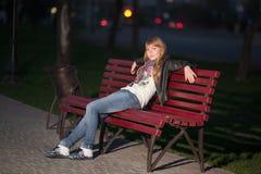长凳城市女孩公园 库存照片