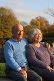 长凳夫妇成熟供以座位的公园 免版税图库摄影