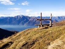 长凳工艺有湖视图 库存照片