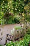 长凳庭院上升了 库存照片