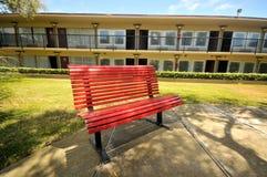 长凳庭院旅馆红色 库存图片