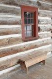 长凳房子日志视窗 免版税库存图片