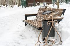 长凳报道了雪冬天 日霜1月天然公园多雪的结构树冬天 免版税库存照片