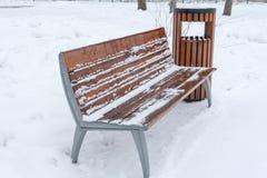 长凳报道了雪冬天 日霜1月天然公园多雪的结构树冬天 免版税库存图片