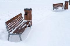 长凳报道了雪冬天 日霜1月天然公园多雪的结构树冬天 免版税图库摄影
