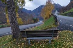 长凳有一个好的风景看法,Geiranger,挪威 图库摄影