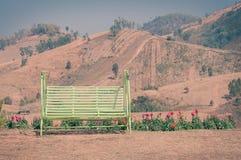 长凳有山景 免版税库存照片
