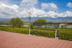 长凳有山景 库存图片