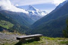 长凳有山看法在阿尔卑斯,瑞士 库存图片