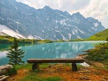 长凳有湖视图 库存图片