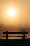 长凳有雾的早晨 免版税库存照片
