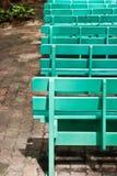 长凳木庭院的绿色 库存图片