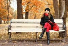 长凳某人等待的妇女年轻人 免版税库存图片