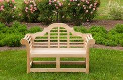 长凳椅子绿色草坪柚木树 库存图片