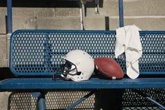长凳橄榄球盔 免版税库存图片
