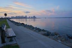 长凳欢迎希望的任何人观看在科罗纳多海湾,圣地亚哥,加利福尼亚的光彩的日出 免版税库存图片