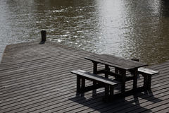 长凳江边 免版税库存照片