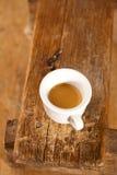 长凳浓厚咖啡杯浓咖啡空白木 免版税库存图片