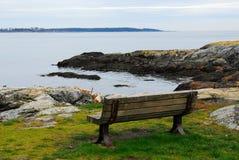 长凳海边 库存照片