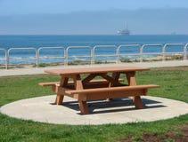 长凳海洋俯视的野餐 库存图片