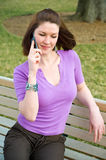 长凳电池女孩公园电话相当坐联系 免版税库存图片
