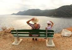 长凳的人们在海,拉斯托沃岛, Ð ¡ roatia海岛附近  库存照片
