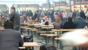 长凳的人们在食物节日 影视素材