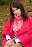 长凳的女孩在秋天公园 图库摄影